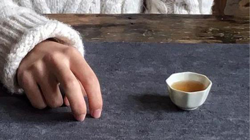 Finger tapping in Chinese tea culture